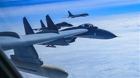 中國解放軍PO出多張照片顯示戰機飛越宮古海峽和南海的狀況(圖/翻攝自空軍發布微博)