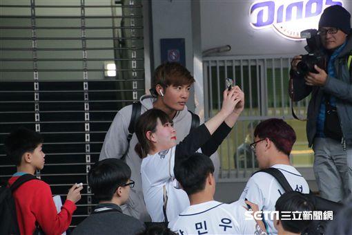 ▲王維中離開球場時與韓國球迷合影。(圖/記者蕭保祥攝)