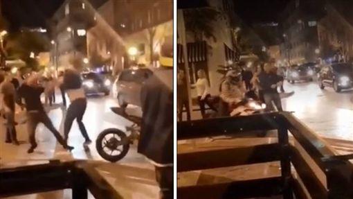 美國佛羅里達州一名騎士與2名男子在奧蘭多街頭發生衝突,正當騎士要騎車離開時,一名男子突然衝上前踹人、踹車,騎士氣得下車連出兩拳,秒將兩名男子KO「灌爆」,路旁的民眾看到後,紛紛直呼「活該」。(圖/翻攝自LIFE OF A RIDER)