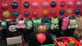 網友夜市玩射氣球,老闆突然蹲下害他差點誤射。(圖/翻攝爆廢公社)