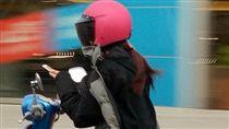 女騎士邊騎車邊滑手機。(圖/翻攝自爆料公社)