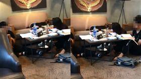 學生把星巴克當自家,坐地板、脫鞋腳踩沙發引網友謾罵。(圖/翻攝爆料公社)