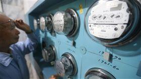 電價非全面調漲 對物價影響不到0.08%經濟部16日召開電價費率審議會,決議調漲平均電價3%,並決定將住宅及小商家用戶不調漲門檻分別調高至500度及1500度,預估對消費者物價指數(CPI)影響不到0.08%。中央社記者徐肇昌攝 107年3月16日