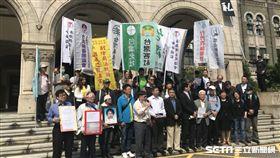 台灣陪審團協會理事長張靜(蓄白鬍者)、台灣永社理事長鄭文龍律師等人,赴司法院前表達訴求。記者潘千詩攝