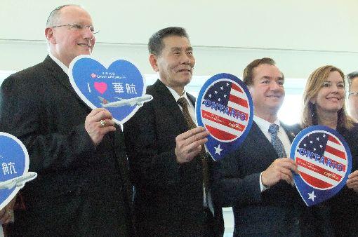 華航首航美國南加州安大略儀式安大略機場管理局董事長瓦普納、華航總經理謝世謙,美國聯邦眾議員羅艾斯夫婦(由左至右)出席首航儀式。中央社記者曹宇帆安大略攝  107年3月26日