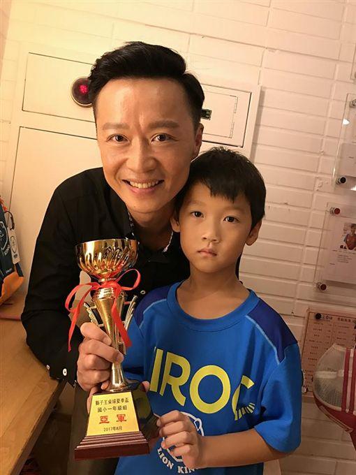▲何豪傑的兒子「QQ」頗具打桌球天份。(圖/翻攝自何豪傑臉書)