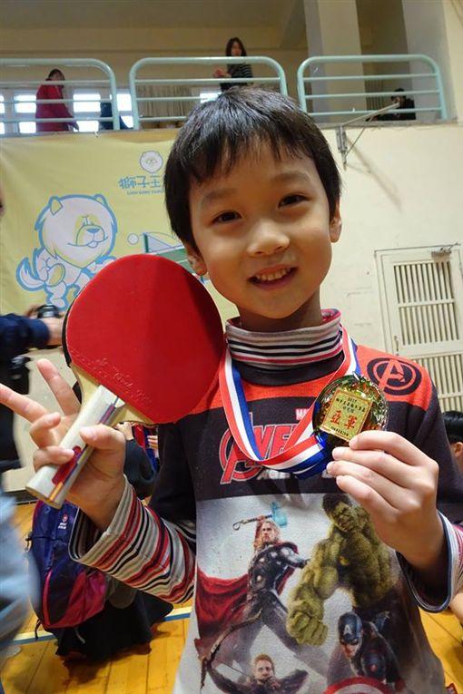▲為了給兒子練桌球,何豪傑不惜砸重金培訓。(圖/翻攝自和家馨臉書)