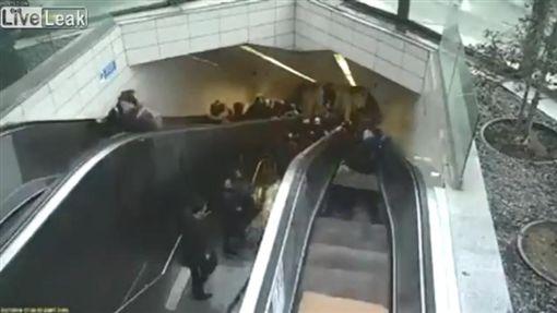 土耳其伊斯坦堡某地鐵站電扶梯突故障,當場「生吞」一男子(圖/翻攝自YouTube)
