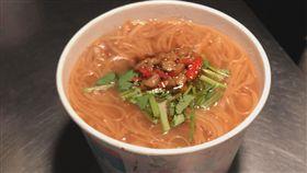 大腸麵線配上辣蘿蔔。(圖/記者黃峻廷攝影)