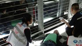 救人一命 台護理師曼谷機場伸援手一名泰國旅客在曼谷下機時昏迷,同機兩位台灣護理師即時搶救。(華航提供)中央社記者劉得倉曼谷傳真 107年3月27日