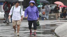 全台有雨愈晚愈冷中央氣象局預報,20日鋒面會逐漸通過台灣地區,全台有陣雨或雷雨,局部地區可能降下大雨,鋒面過後冷氣團南下,氣溫明顯下降,且愈晚愈冷。中央社記者吳家昇攝 107年3月20日