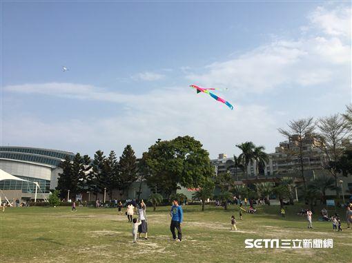 新莊運動公園,放風箏。(圖/新北觀光局提供)