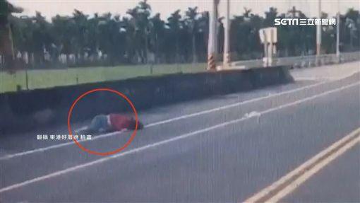 撞飛婦人!狠心駕駛「拖保險桿」肇逃SOT屏東,肇逃,車禍,機車騎士,超車,行車紀錄器,傷重不治