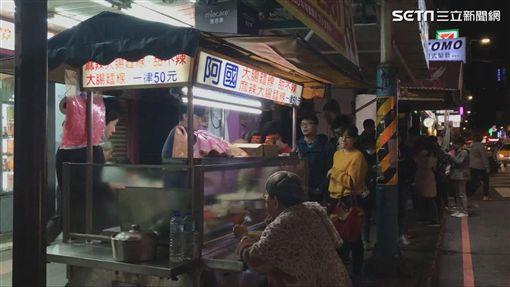 開店不久就有許多顧客在「阿國麵線」攤子旁排隊。(圖/記者黃峻廷攝影)