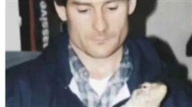 美國一名42歲男子赫夫(Ronald Huff)養了7條寵物巨蜥,但他生前卻慘遭巨蜥咬死,更可怕的是,他的遺體還被巨蜥啃食分屍,而赫夫之死成為被寵物殺害的案例之一。(圖/太陽報)