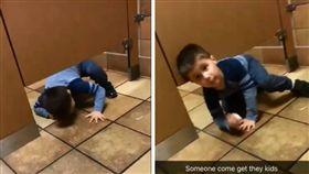 美國維吉尼亞州一名男子安德魯(Andrew)日前在廁所上大號時,突然有一名陌生男童從廁所門縫中鑽進來,呆萌地問「可以抱我上洗手台,幫我洗手」。不少網友看到男童逗趣的行徑,紛紛直呼「男童好天真,真是可愛!」(圖/翻攝自achandrew13推特)