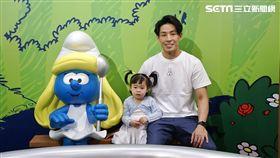藍鈞天首度帶女兒出來與媒體相見歡,出席參觀「藍色小精靈愛在17特展」 圖/寬宏藝術提供