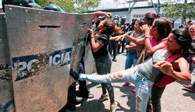 委內瑞拉科拉波波州(Carabobo)監獄暴動引發火災(圖/翻攝自推特)