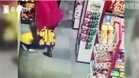 中國大陸湖南省一名奶奶在超市內暴打小孫女(圖/翻攝自網易視頻)