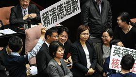 行政院長賴清德出席立法院院會總質詢,遭國民黨立委舉牌抗議「核二跳機 賴清德道歉」,要求專案報告。 圖/記者林敬旻攝