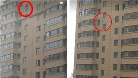內蒙古呼和浩特市一名國二女學生從17樓墜樓身亡,有目擊民眾恰巧拍到事發瞬間,嚇得發出「呀」一聲。而女學生的墜樓具體原因,警方正在進一步調查中。(圖/翻攝自《呼和浩特晚报》)