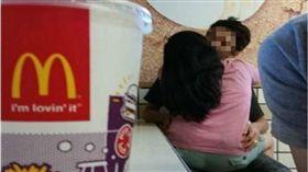 速食店,情侶,爆廢公社,麥當勞,親熱 圖/翻攝臉書