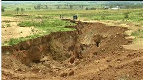 非洲肯亞西南部日前出現一條長達數英里的大裂縫,導致奈洛比-納羅克公路(Nairobi-Narok highway)崩塌,而該裂縫持續變大,並伴隨著地震活動。根據《每日郵報》報導,研究人員指出,在幾百萬年間,非洲大陸恐會分裂兩半。(圖/翻攝自The Weather Network)
