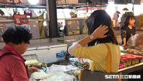 高雄市衛生局稽查人員於市場抽驗清明節應節食品。(圖/高雄市衛生局提供)
