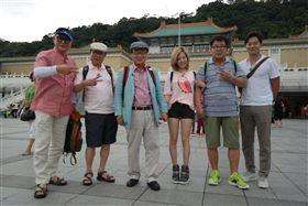 曾率領綜藝節目團隊來台灣拍攝,吹起一股韓國人來台旅遊風潮,更是電視史上唯一獲頒「年度大獎」的綜藝節目製作人,就是這位被稱為「綜藝之神」的「羅PD」羅暎錫,近年在南韓成為炙手可熱的製作人,人人搶著上他的節目,知名程度甚至可比明星。究竟是為什麼一個幕後製作人會如此受歡迎?羅PD曾表示,做出好節目有三個重要關鍵。