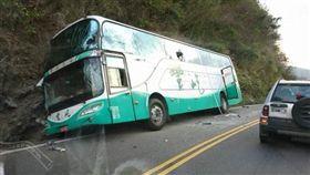 陸客團遊覽車下午在台9線丹路路段發生擦撞(圖/翻攝畫面)