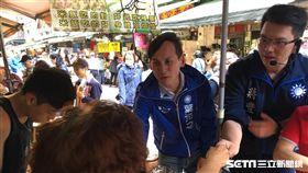 葉元之拉新北市長朱立倫的外甥蔣豐懋陪掃街 團隊提供