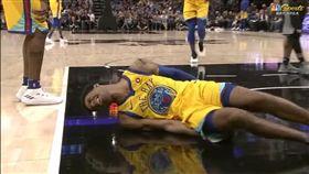 Patrick McCaw落地時痛到在地上打滾(圖/翻攝YouTube)