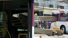 鋼板刺進宜蘭國光客運 險些命中司機(圖/翻攝自宜蘭知識+臉書)