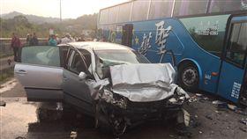 新竹縣115號縣道今天下午發生遊覽車與自小客車碰撞事故。圖/翻攝畫面