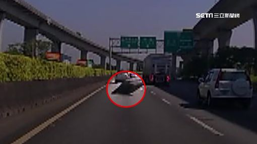 飛來橫禍!國道木板飛砸車 車毀找嘸人賠