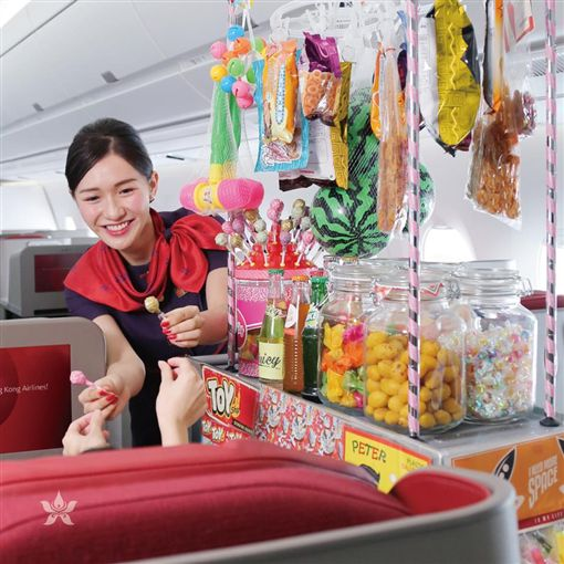 香港航空推機上餐車 高空賣現烤燒鵝(圖/翻攝自Hong Kong Airlines Taiwan臉書)