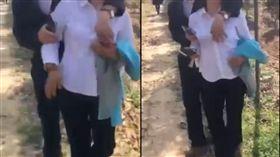 陸官員摟女抓奶 當局:他是生育專幹 圖/翻攝自微博