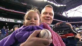 ▲右手抱女兒,左手接飛球的球迷。(圖/截自比賽畫面)