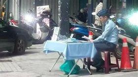 汙辱一身軍服!軍官頂烈日「擺攤」募兵 網:別再糟蹋他們,圖翻攝自解讀國軍軍事新聞臉書