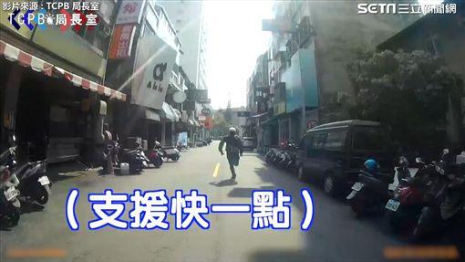 警方與車手在商圈展開警匪追逐。(圖/翻攝自TCPB 局長室臉書)