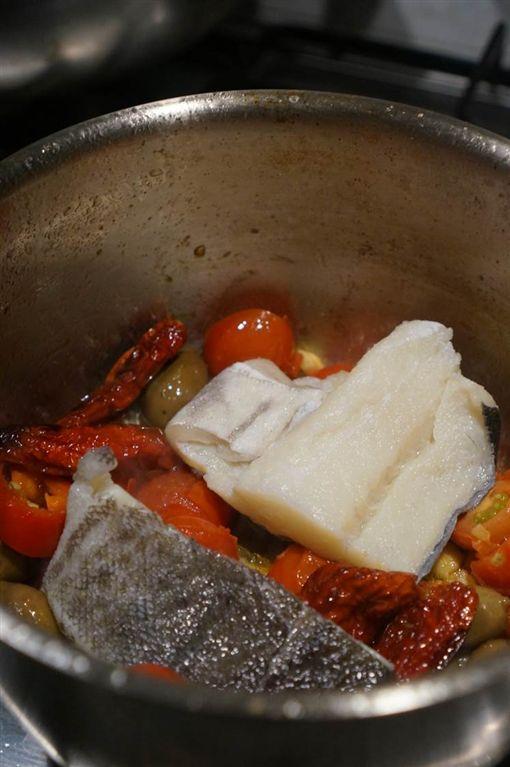 歐洲遙想漁產真味:乾蕃茄橄欖燉鱈魚 /friDay影音稿專用