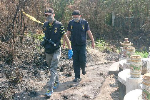 老翁陳屍公墓 遺體疑遭動物啃食有掃墓民眾2日在台南市下營區一處公墓發現一具男性屍體,遺體還遭動物啃食,警方獲報後調查發現,死者是日前失聯的姜姓老翁,死因有待確認。中央社記者楊思瑞攝 107年4月2日