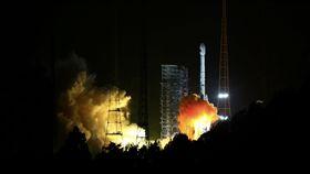 陸北斗三號衛星首射 2020年覆蓋全球中國大陸西昌衛星發射中心5日晚上7時45分用長征三號乙運載火箭,以「一箭雙星」方式成功發射北斗三號第1顆、第2顆導航衛星,預計在2020年完成北斗衛星導航系統全球組網。(中新社提供)中央社 106年11月6日