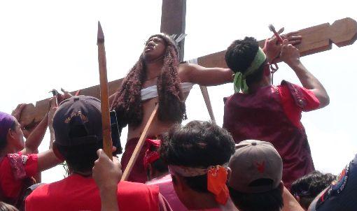 菲國聖週五  懺悔者被釘上十字架天主教聖週是菲國重要宗教節日,民俗活動包括懺悔者把自己釘上十字架。聖週也放長假,民眾返鄉探親或舉家出遊,卻也因此經常傳出意外。圖為3月30日一名懺悔者在布拉坎省巴恩崩鎮的教堂,自願被釘上十字架。(資料照片)中央社記者林行健布拉坎省巴恩崩鎮攝 107年4月2日