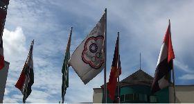 雅加達亞運選手村中華奧會旗飄揚