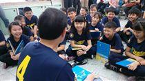 前總統馬英九3日到東新國小四年四班說故事並接受同學們的提問。(圖/東新國小四年四班提供)