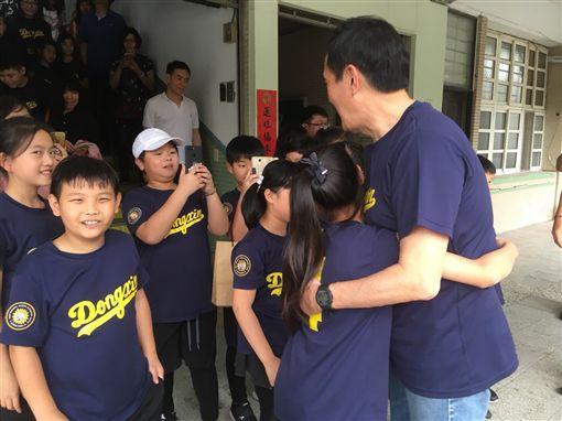 前總統馬英九3日到東新國小四年四班說故事並接受同學們的提問。(圖/馬英九辦公室提供)