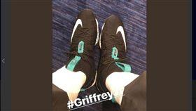 ▲NBA球星LeBron James穿鞋致敬偶像小葛瑞菲。(圖/截自推特)