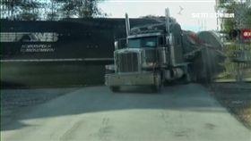 險!火車撞卡車又一樁 幸運駕駛逃過一劫