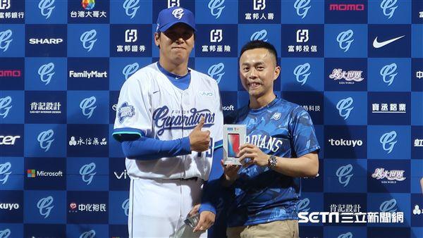富邦悍將陳鴻文拿下MVP。(圖/記者王怡翔攝)